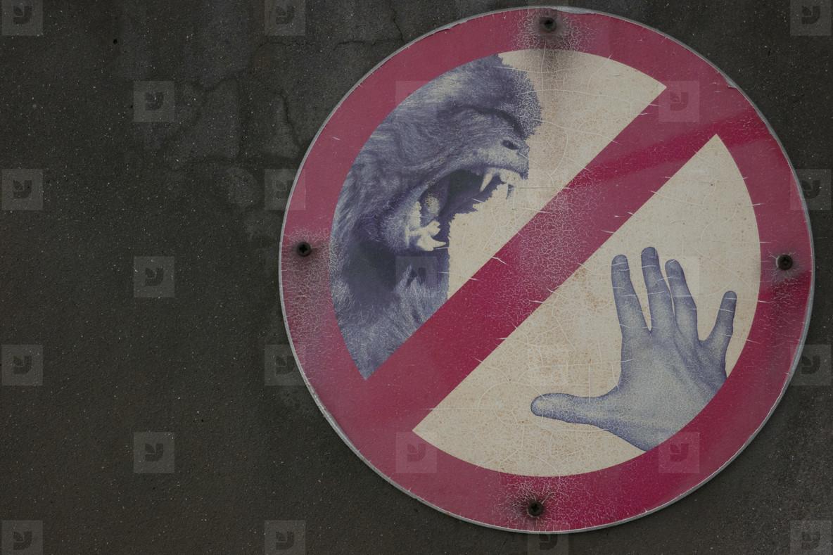 Animal bite warning sign on wall