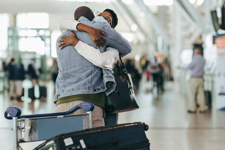 Couple meet in airport after separation due to covid