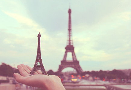Hand holding eiffel tower model