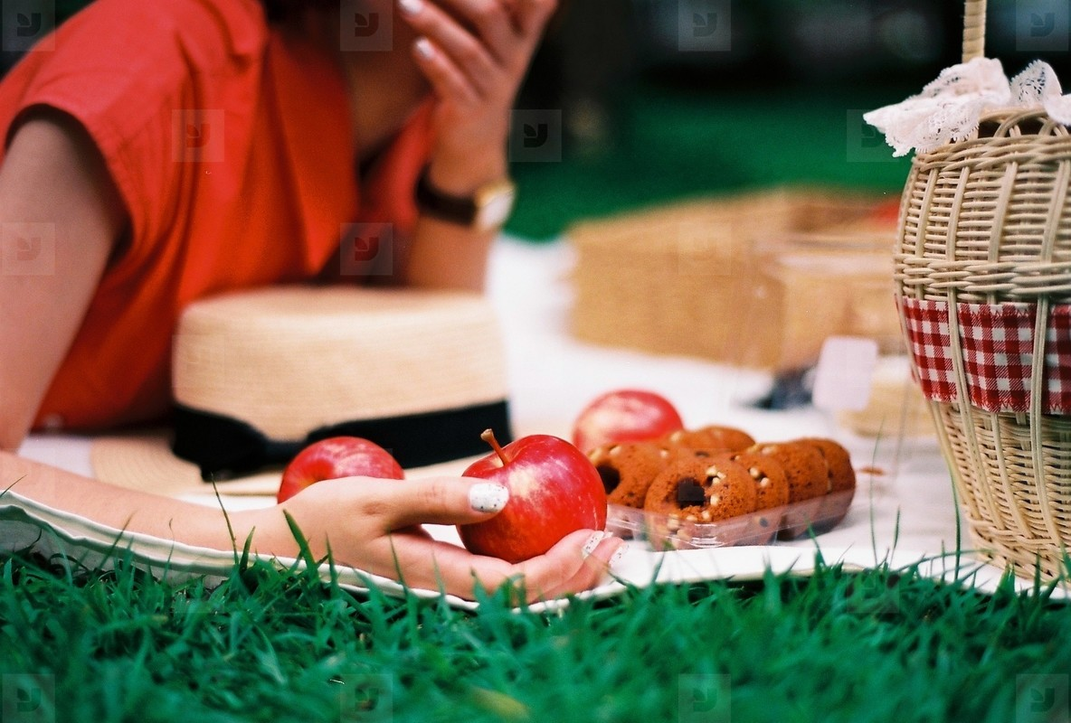 Young girl picnic in the park